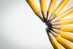 Μια ομάδα κίτρινων μολυβιών που στοχεύει στο ίδιο κεντρικό σημείο Στοκ εικόνα με δικαίωμα ελεύθερης χρήσης
