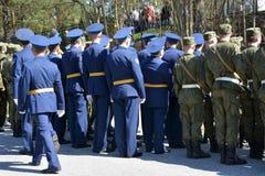 Μια ομάδα μη αναγνωρισμένοι στρατιώτες πηγαίνει στην οδό να γιορτάσει το διεθνή Στοκ εικόνα με δικαίωμα ελεύθερης χρήσης
