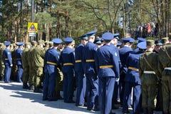 Μια ομάδα μη αναγνωρισμένοι στρατιώτες πηγαίνει στην οδό να γιορτάσει τη διεθνή ημέρα της νίκης στον παγκόσμιο πόλεμο δύο Στοκ φωτογραφία με δικαίωμα ελεύθερης χρήσης