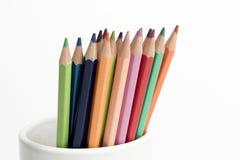 Μια ομάδα μολυβιών χρώματος σε ένα άσπρο φλυτζάνι Στοκ Εικόνα