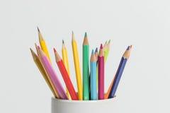Μια ομάδα μολυβιών χρώματος σε ένα άσπρο φλυτζάνι Στοκ φωτογραφίες με δικαίωμα ελεύθερης χρήσης