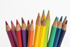 Μια ομάδα μολυβιών χρώματος σε ένα άσπρο φλυτζάνι Στοκ Φωτογραφίες