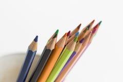 Μια ομάδα μολυβιών χρώματος σε ένα άσπρο φλυτζάνι Στοκ φωτογραφία με δικαίωμα ελεύθερης χρήσης