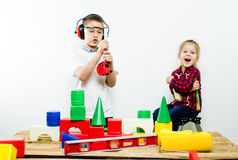 Μια ομάδα παιδιών με τα εργαλεία κατασκευής, απομόνωση του άσπρου υποβάθρου στοκ εικόνες