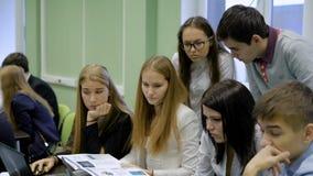 Μια ομάδα σπουδαστών εργάζεται σκληρά στο στόχο απόθεμα βίντεο