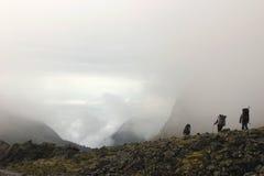 Μια ομάδα τουριστών που έρχονται κάτω από το βουνό Στοκ εικόνες με δικαίωμα ελεύθερης χρήσης