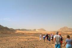 Μια ομάδα τουριστών στον τρόπο στο χρωματισμένο φαράγγι στοκ εικόνα