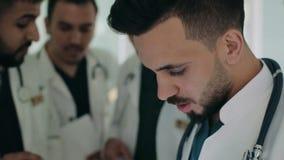 Μια ομάδα των γιατρών συζητά στο διάδρομο του νοσοκομείου απόθεμα βίντεο