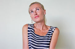 Μια ονειροπόλος φλερτάροντας γυναίκα Στοκ Φωτογραφίες