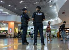 Μια οπλισμένη περίπολος αστυνομίας φρούρησε στον αερολιμένα στοκ εικόνα