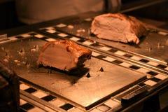 Μια ορεκτική ένωση του μαγειρευμένων χαρασμένων χοιρινού κρέατος ψητού και του κρέατος της Τουρκίας στο υπόβαθρο Στοκ Εικόνα