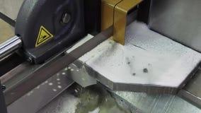 Μια οριζόντια ζώνη είδε τη μηχανή πριονίζει έναν παχύ κύκλο μετάλλων απόθεμα βίντεο