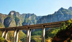 Μια οδογέφυρα που βλέπει από το έδαφος στοκ φωτογραφία με δικαίωμα ελεύθερης χρήσης