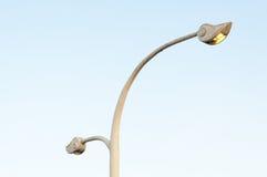 Μια οδός λαμπτήρων, βιομηχανία ηλεκτρικής ενέργειας στο μπλε ουρανό Στοκ εικόνα με δικαίωμα ελεύθερης χρήσης