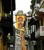 Μια οδός ισπανικός-ύφους με μια άποψη του μοναστηριού SAN Agustin, η ιστορική πόλη της Καρχηδόνας, Κολομβία Στοκ Εικόνες