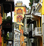 Μια οδός ισπανικός-ύφους με μια άποψη του μοναστηριού SAN Agustin, η ιστορική πόλη της Καρχηδόνας, Κολομβία Στοκ εικόνες με δικαίωμα ελεύθερης χρήσης