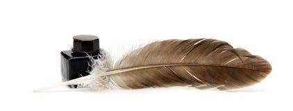 Μια πέννα φτερών, μελάνι, ρόλοι του παλαιού κιτρινισμένου εγγράφου Στοκ φωτογραφία με δικαίωμα ελεύθερης χρήσης