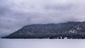 Μια παγωμένη λίμνη βουνών στην ομίχλη φιλμ μικρού μήκους