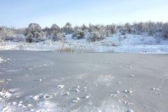 Μια παγωμένη λίμνη πόλεων ή μια λίμνη με τον πάγο Στοκ Εικόνα