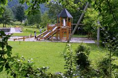 Μια παιδική χαρά με μια όμορφη ξύλινη παιδική χαρά και μια φωτογραφική διαφάνεια για την κάθοδο Στοκ φωτογραφία με δικαίωμα ελεύθερης χρήσης