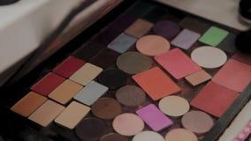 Μια παλέτα με τις σκιές ματιών και ένα makeup βουρτσίζουν: καλλυντικά γυναικών ` s Σύνθεση πρωινού Διακοσμητικά καλλυντικά: μια π απόθεμα βίντεο
