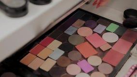 Μια παλέτα με τις σκιές ματιών και ένα makeup βουρτσίζουν: καλλυντικά γυναικών Σύνθεση πρωινού Διακοσμητικά καλλυντικά: μια παλέτ απόθεμα βίντεο
