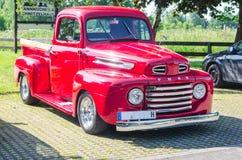 Μια παλαιά ανακαινισμένη κόκκινη εκλεκτής ποιότητας επανάλειψη της Ford σε έναν χώρο στάθμευσης Στοκ εικόνα με δικαίωμα ελεύθερης χρήσης