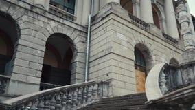Μια παλαιά εγκαταλειμμένη μαρμάρινη σκάλα με έναν ανελκυστήρα μέχρι το μέγαρο απόθεμα βίντεο