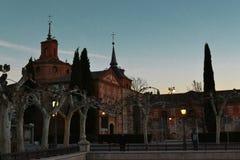 Μια παλαιά εκκλησία σύνθετη στις ακτίνες του ήλιου βραδιού στοκ εικόνα