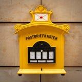 Μια παλαιά εκλεκτής ποιότητας κίτρινη ταχυδρομική θυρίδα στη Γερμανία Στοκ εικόνες με δικαίωμα ελεύθερης χρήσης
