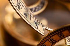 Μια παλαιά ναυτικά πυξίδα και ένα ηλιακό ρολόι ορείχαλκου στοκ εικόνες με δικαίωμα ελεύθερης χρήσης
