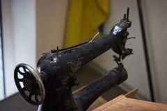 μια παλαιά σοβιετική ράβοντας μηχανή με το δεμένο χρώμα Στοκ Εικόνα