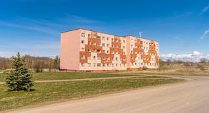Μια παλαιά σοβιετική χτισμένη πολυκατοικία στοκ φωτογραφίες