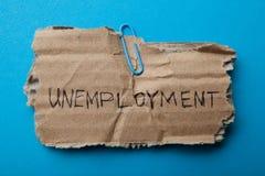 """Μια παλαιά ταμπλέτα χαρτονιού ανεργία με της επιγραφής """" στοκ εικόνα"""