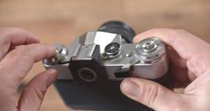 Μια παλαιά zenit-ε κάμερα ταινιών SLR με ένα ανταλλάξιμο Helios 44-2 Τιμή 100 ρούβλια ΕΣΣΔ Λένινγκραντ 1980 απόθεμα βίντεο