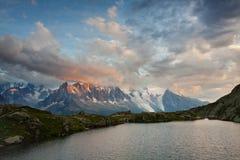 Μια πανοραμική άποψη σχετικά με την κοιλάδα Chamonix από στη θερινή ηλιόλουστη ημέρα Η περιοχή είναι το στάδιο του δημοφιλούς γύρ στοκ εικόνες