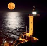 Μια πανσέληνος που απεικονίζει το φως του πέρα από τον ωκεανό Στοκ Εικόνα