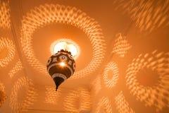 Μια παραδοσιακή λεπτομέρεια λαμπτήρων του Μαρόκου διακοσμητική παρουσιάζει όμορφο φως Στοκ φωτογραφία με δικαίωμα ελεύθερης χρήσης