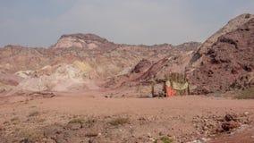 Μια παραδοσιακή σκηνή των αραβικών λαών ερήμων με τα βουνά ερήμων στο υπόβαθρο Στοκ Φωτογραφία