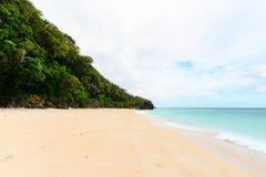 Μια παραλία Boracay στις Φιλιππίνες με γύρω από ένα γεμισμένο σκόπελος πνεύμα Στοκ εικόνα με δικαίωμα ελεύθερης χρήσης
