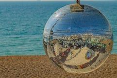 Μια παραλία glitterball που απεικονίζει όπως ένα πρόσωπο χαμόγελου στοκ εικόνες