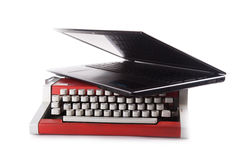 Μια παλαιά μηχανή δακτυλογράφησης με την κορυφή περιτυλίξεων που απομονώνεται Στοκ Εικόνες