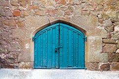 Μια παλαιά ξύλινη πόρτα που διακοσμείται με τη χάραξη Στοκ εικόνες με δικαίωμα ελεύθερης χρήσης