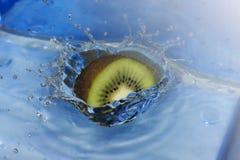 Μια περιερχόμενος φέτα ακτινίδιων στο νερό συμπαθητικό Στοκ φωτογραφία με δικαίωμα ελεύθερης χρήσης