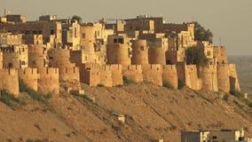 Μια περιτοιχισμένη πόλη με τα σπίτια φιλμ μικρού μήκους