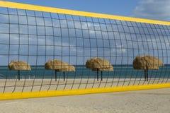 Μια πετοσφαίριση καθαρή και οι ομπρέλες στην παραλία Στοκ Εικόνες