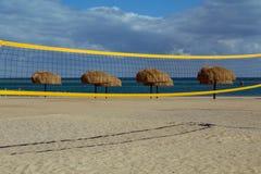 Μια πετοσφαίριση καθαρή και οι ομπρέλες στην παραλία Στοκ φωτογραφίες με δικαίωμα ελεύθερης χρήσης