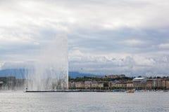 Μια πηγή αεριωθούμενο δ EAU αυξάνεται πέρα από την προκυμαία της λίμνης Γενεύη Στοκ Εικόνες
