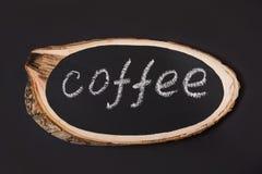 Μια πινακίδα από έναν πίνακα σημύδων με το κείμενο του καφέ σε έναν πίνακα κιμωλίας Στοκ Φωτογραφία