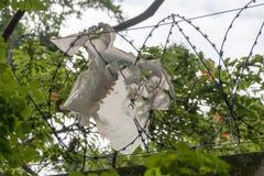 Μια πλαστική τσάντα που πιάνεται στο φράκτη στοκ φωτογραφία με δικαίωμα ελεύθερης χρήσης